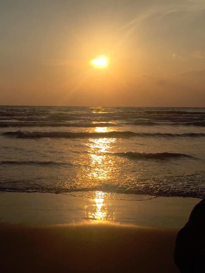 神在月の稲佐の浜より、夕陽を臨む